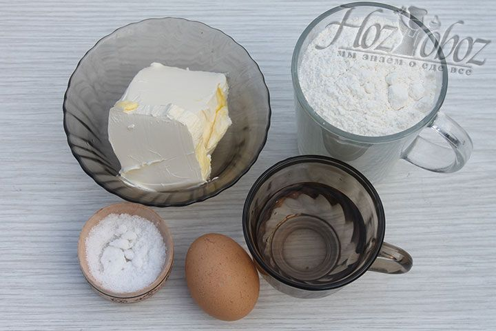 Подготовим необходимые продукты, в том числе охлажденные яйца и масло, а также теплую воду