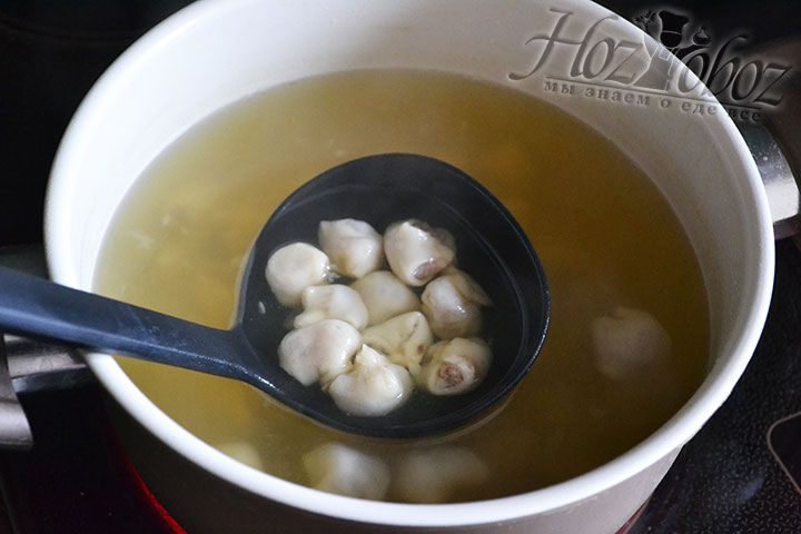 Теперь разливаем горячий суп по тарелкам и в каждую кладем не менее 30 конвертиков из теста с мясом