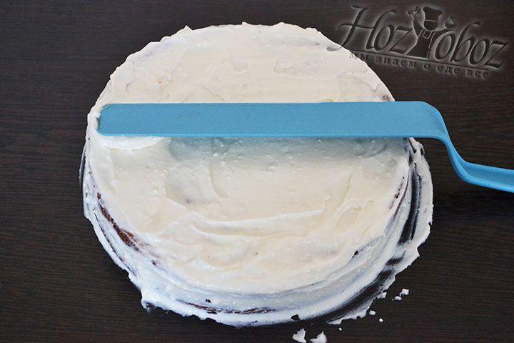 Накрываем один корж другим, а затем намазываем остатком крема поверхность и бока торта