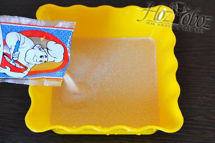 Для теста в 100 мл теплой воды растворяем сухие дрожжи