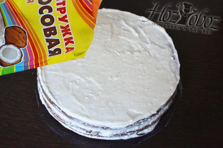 Посыпаем торт кокосовой стружкой и ставим торт в холодильник