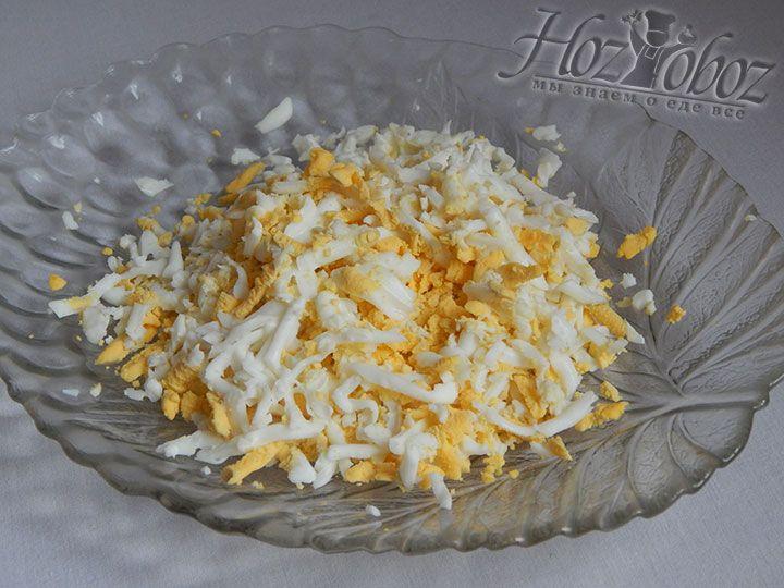Яйца варим около 10 минут вкрутую и натираем на терке