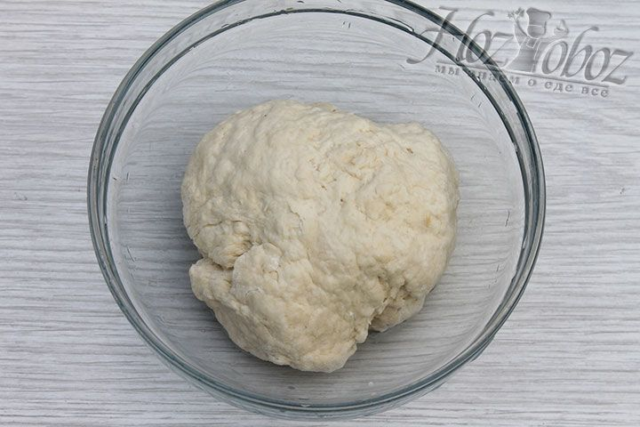 Из всех ингредиентов смешанных заранее готовим достаточно плотное тесто, которое затем заворачиваем в пищевую пленку и помещаем в холодильник примерно на 30 минут