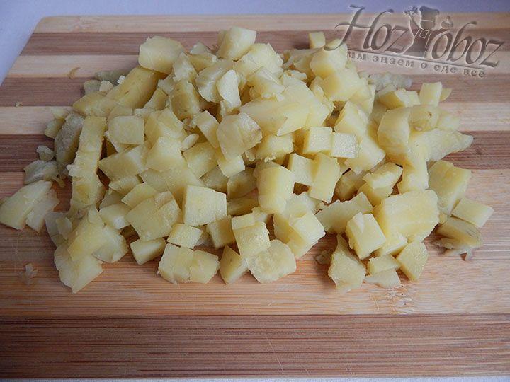 Картофельные клубни отвариваем в кожуре или печем в микроволновой печи, а потом чистим и преобразовываем в кубики
