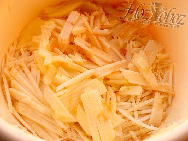 Яблоки нарезаем такой же соломкой как и сельдерей, чтобы салат смотрелся органично