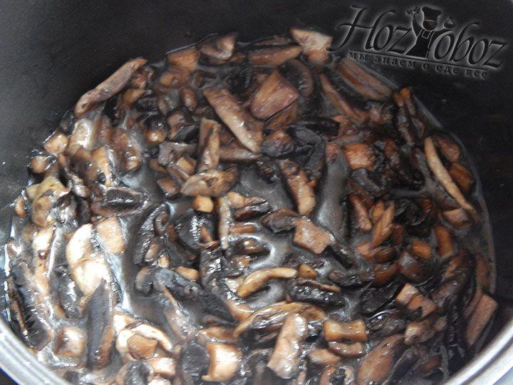 Нарезанные шампиньоны слегка обжариваем на растительном масле