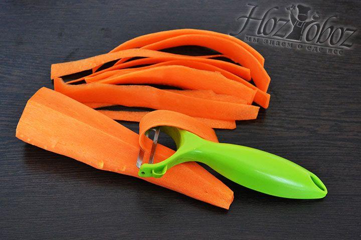 Для украшения торта нарежем морковь длинными тонкими полоскам - таких понадобится около 10 штук