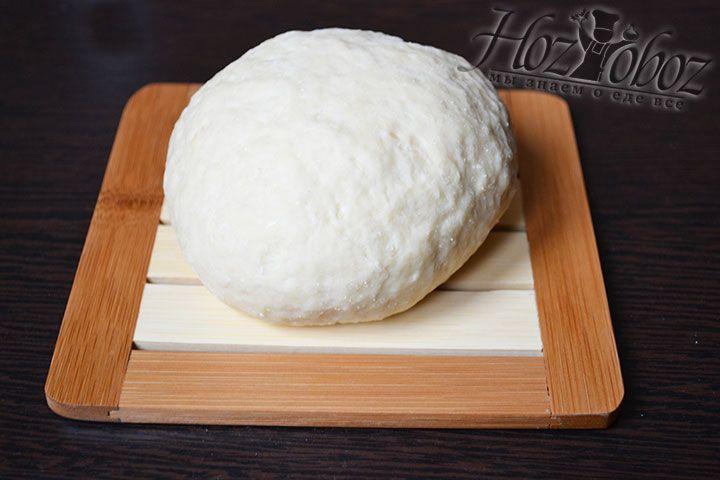 Хорошо вымешанное тесто на время приготовления начинки следует поместить в холодильник