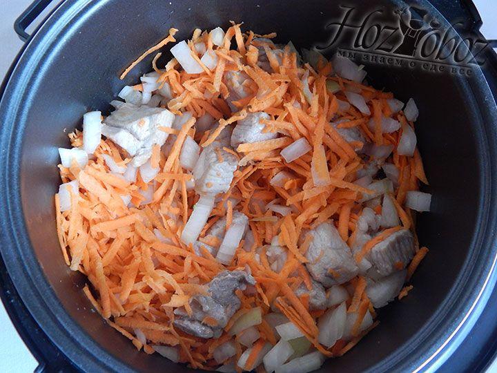 Примерно за 10 минут до окончания отведенного времени добавляем к мясу нарезанные овощи