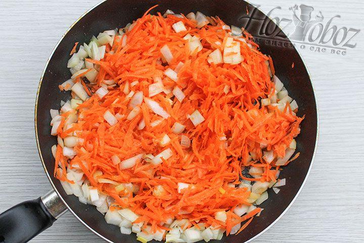 В котелок наливаем растительное масло и как следует его раскаляем после чего обжариваем там вначале лук, а потом и морковь