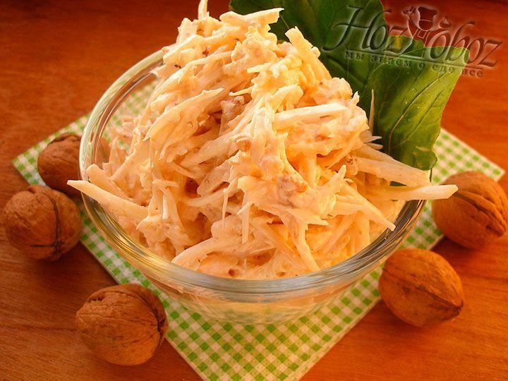 Готовый размешанный салат можно раскладывать по тарелкам и подавать к столу