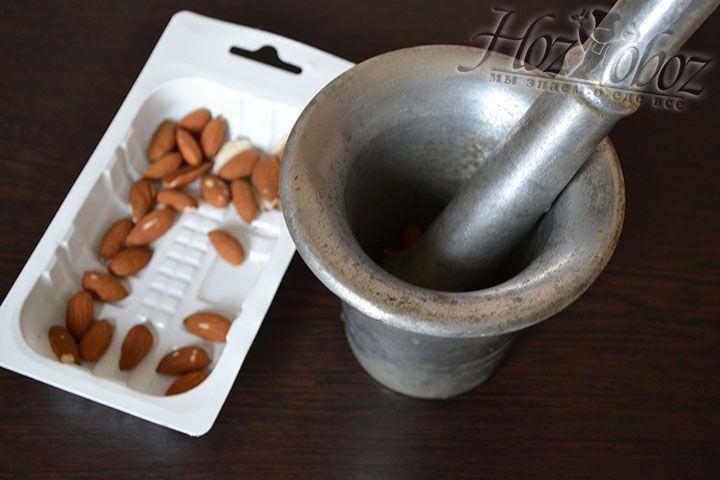 С помощью пестика измельчаем в ступке поджаренный в микроволновке миндальные орешки