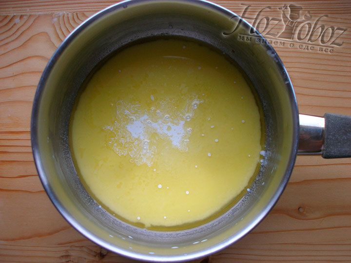 В растопленное масло вливаем сливки и снимаем соус с огня