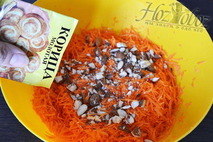 Вводим ореховую крошку в тертую морковь