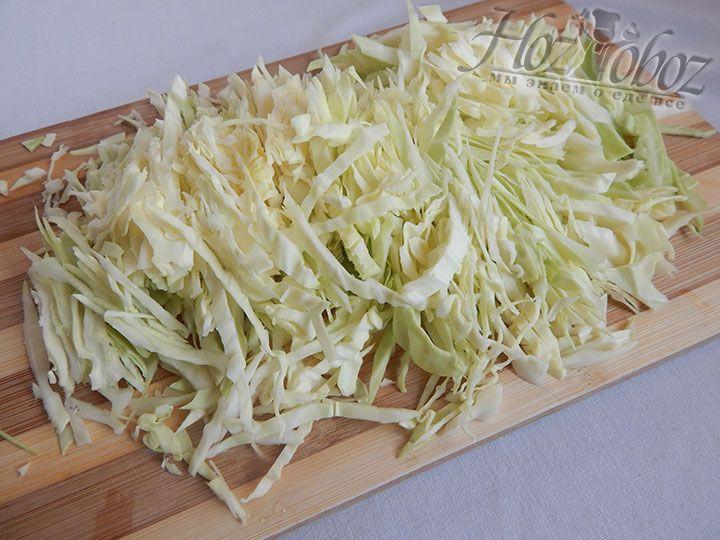 Шинкуем и солим свежую капусту