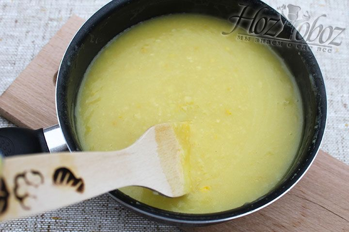 Чтобы не появились комки, при добавлении кукурузной смеси кашу необходимо интенсивно помешивать