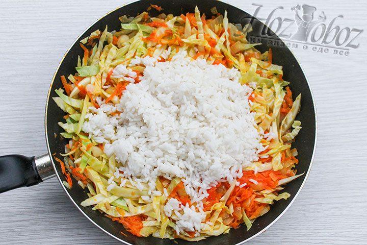 Когда капуста уменьшится в объеме примерно вдвое добавим рис и все хорошенько смешаем