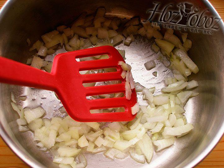 Для начинки нарезаем репчатый лук и обжариваем его на растительном масле