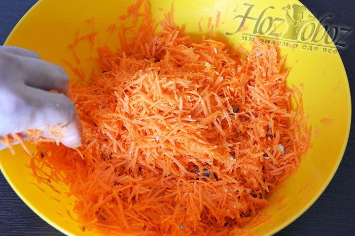 Теперь вручную смешиваем морковно-ореховую смесь с корицей