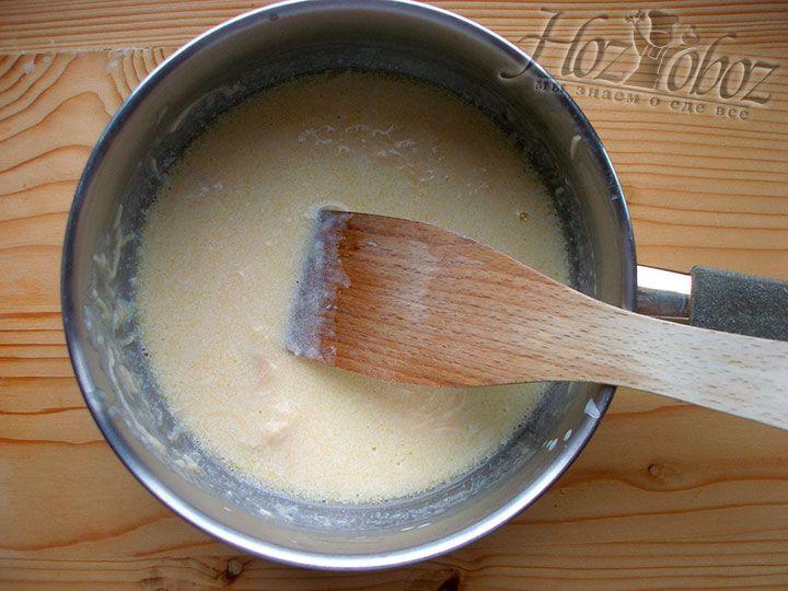 Возвращаем кастрюльку с соусом на водяную баню или небольшой огонь и помешивая превращаем ингредиенты в соус с однородной консистенцией