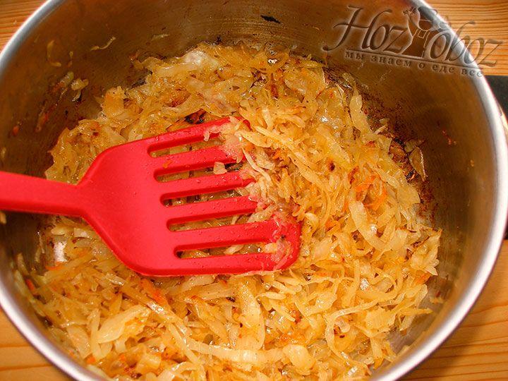 К обжаренному луку добавляем нашинкованную капусту и тушим минут 15. При желании начинку следует посолить и заправить