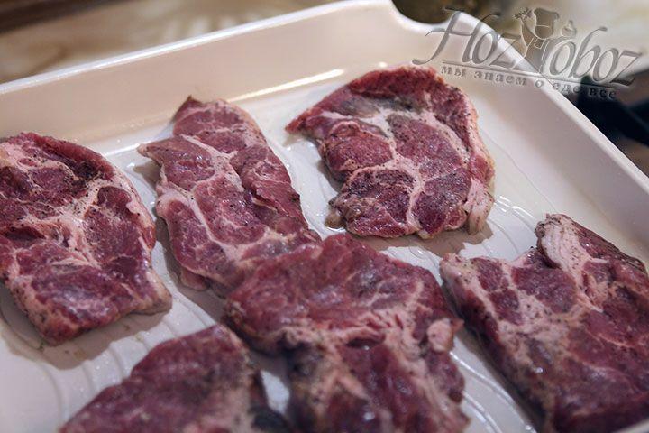 На раскаленный гриль выкладываем куски маринованного мяса