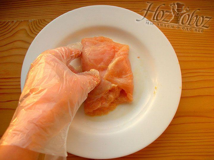 Теперь куриный стейк складываем пополам и подгибаем края так, чтобы начинка оказалась внутри и не выглядывала