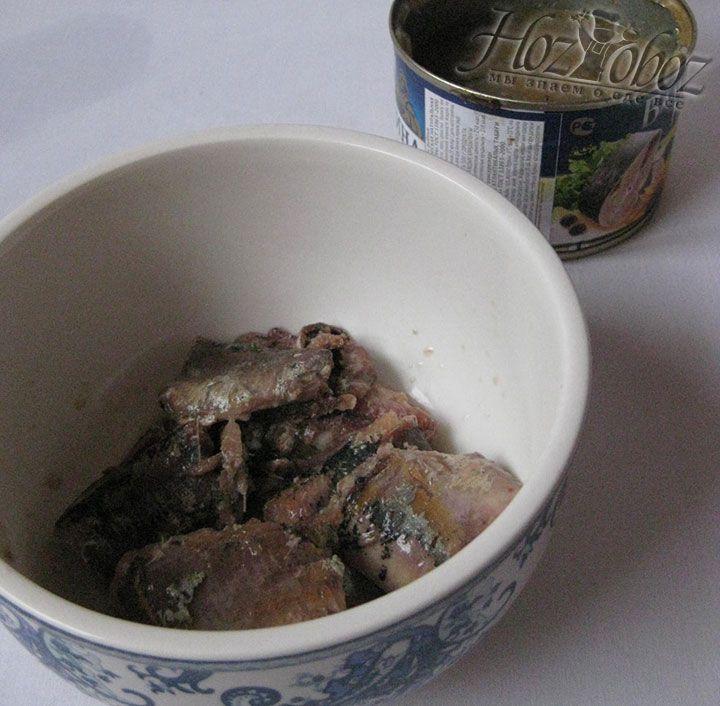 Пока в кастрюле закипает вода вскроем рыбную консерву и разделим ее на кусочки