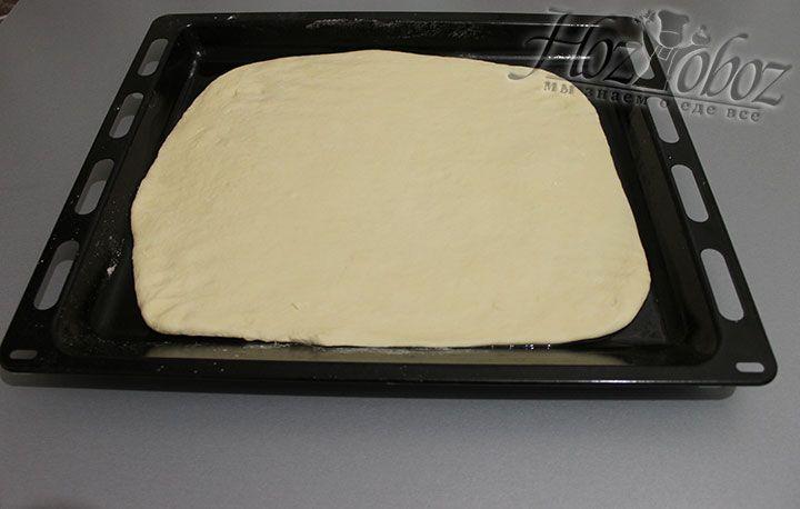 Противень слегка смазываем растительным маслом и выкладываем на него основу для пиццы