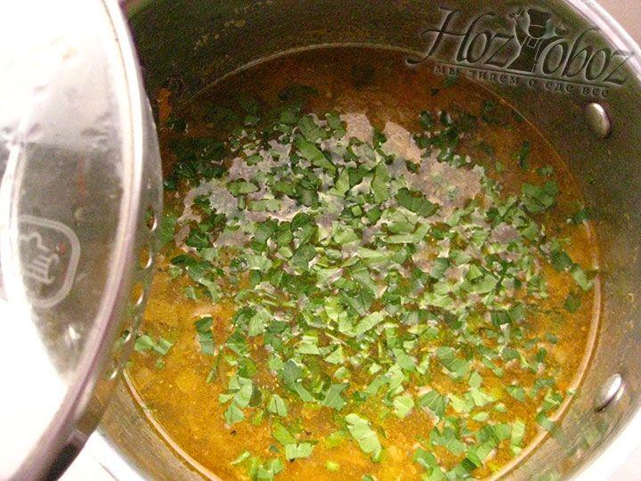 Добавляем измельченную зелень в суп и даем ему настояться не менее 10 минут
