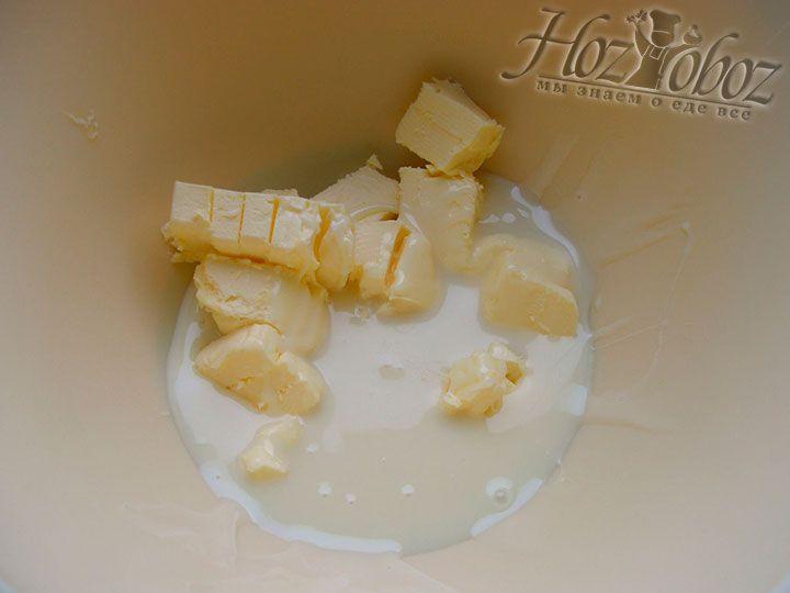 Смешиваем мягкое сливочное масло со сгущенным молоком