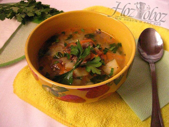 В конце извлечем из супа лавровый лист и сразу будем подавать блюдо к столу