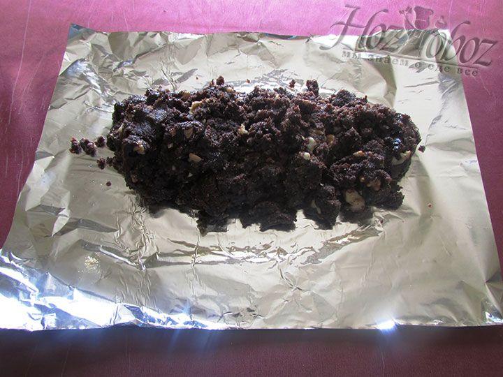 Выкладываем фарш на фольгу, придавая ему форму колбаски