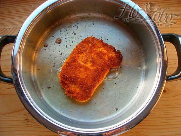 """На горячем растительном масле на среднем огне поджариваем """"кордон блю"""" до образования аппетитной корочки, а затем накрываем крышкой и готовим еще около 5 минут на огне маленьком"""