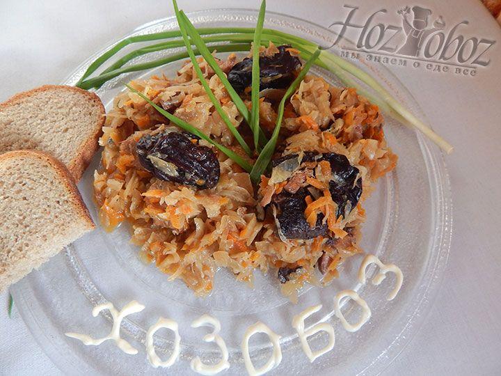 Когда бигус приготовится, раскладываем его горячим по тарелкам и подаем со свежей зеленью и черным хлебом