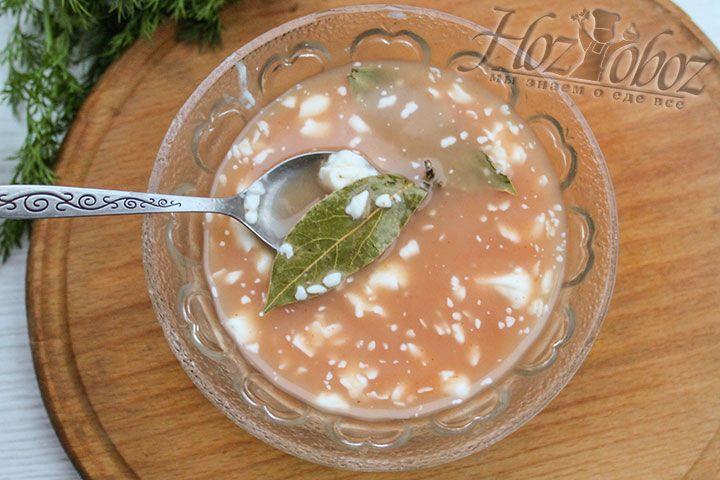 Для соуса используем кетчуп, сметану и немного специй, например, в виде лаврового листа