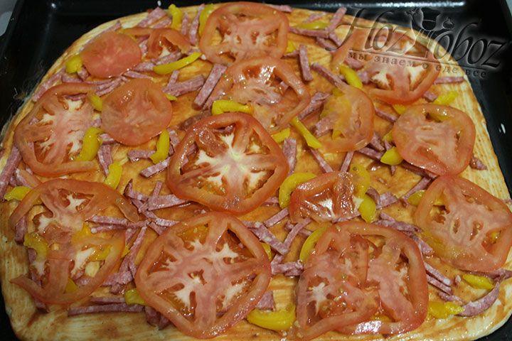 Помещаем помидоры на тесто