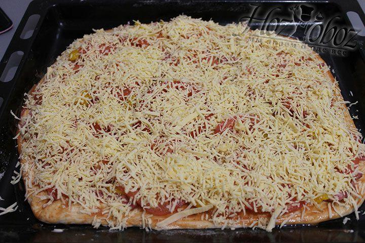 Сверху всю пиццу засыпаем натертым сыром