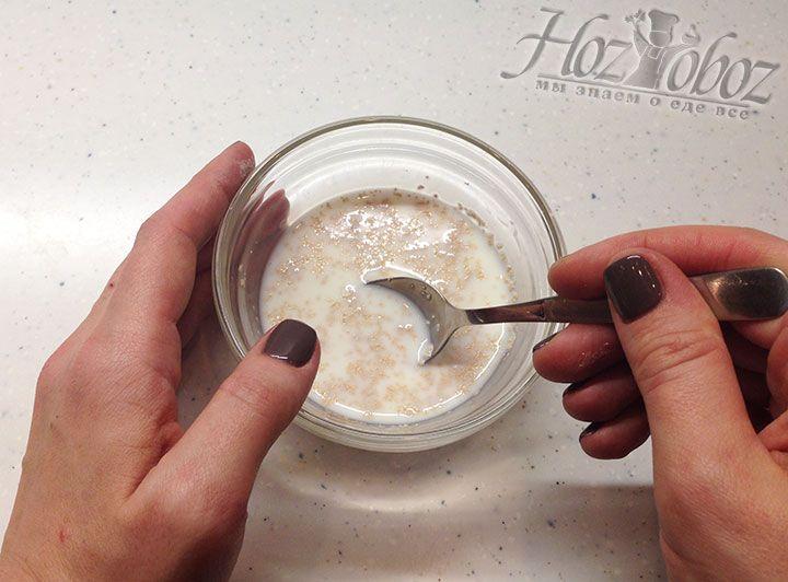 Помешиваем молочную опару до тех пор пока не растворятся сахар и дрожжи