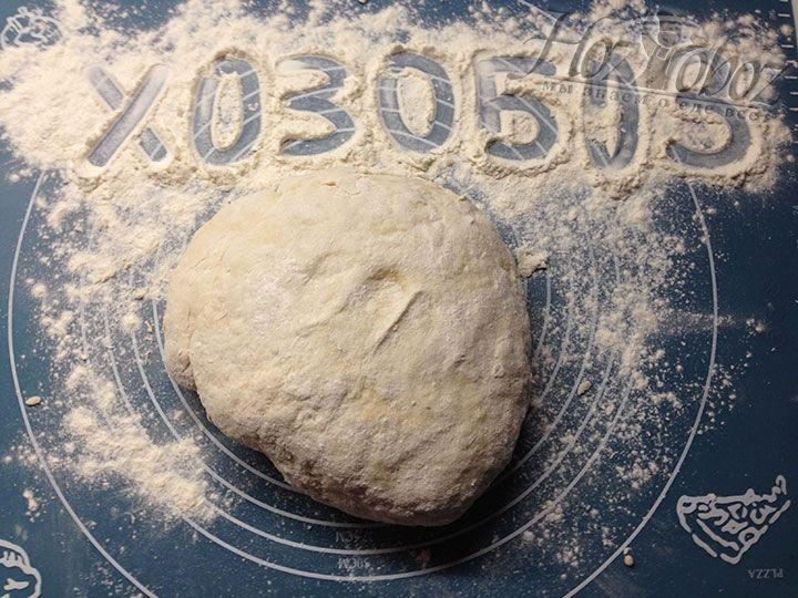 Когда все ингредиенты будут соединены воедино тесто следует переложить на коврик для вымешивания или просто на столешницу