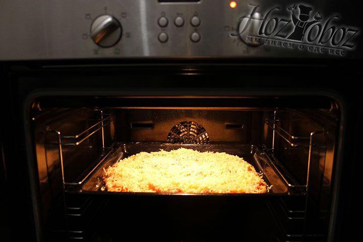 Помещаем пиццу в духовку разогретую до 180 градусов примерно на 20 минут