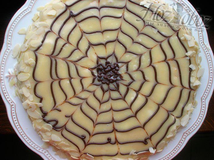 """С помощью кондитерского мешка поверх белой шоколадной глазури рисуем черным шоколадом характерную для этого торта паутину. Края """"Эстерхази"""" традиционно принято украшать миндальными хлопьями"""