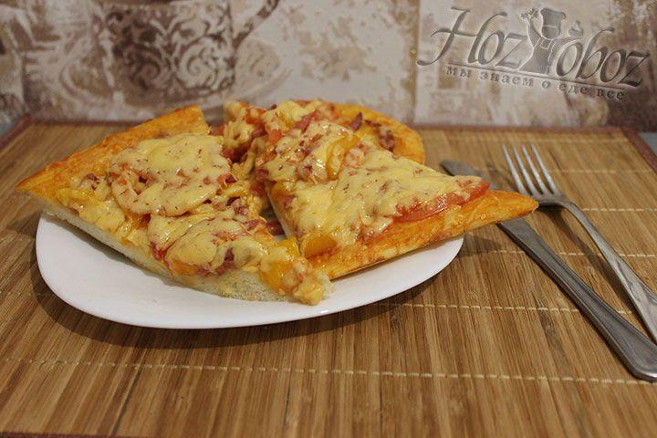 Через 5 минут пиццу надо нарезать и подавать к столу