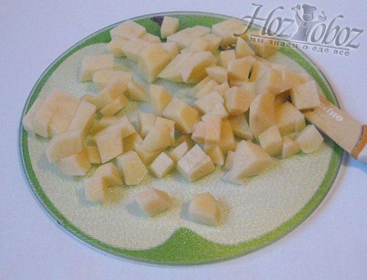 Клубни картофеля очищаем, а затем споласкиваем под проточной водой и нарезаем