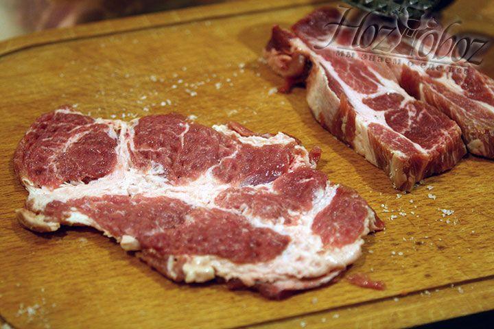 Теперь мясо следует слегка отбить