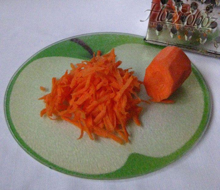 Морковку следует измельчить на терке