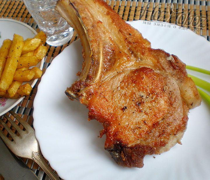 Готовую картошку надо посолить и приправить по вкусу после чего выложить на тарелку к свинине и подать на стол вместе с овощами или салатом
