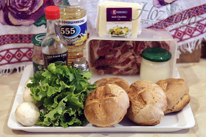 Для гамбургеров используем зерновые булочки, которые к этому моменту уже испеклись и остыли