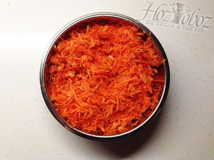 Теперь кладем в миску натертую морковку, измельченный чеснок и яблоки