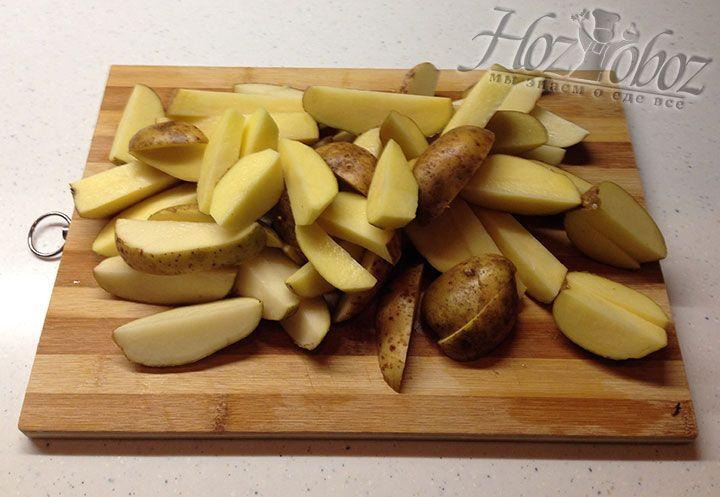 Клубни картошки моем, вытираем и нарезаем не слишком мелкими ломтиками